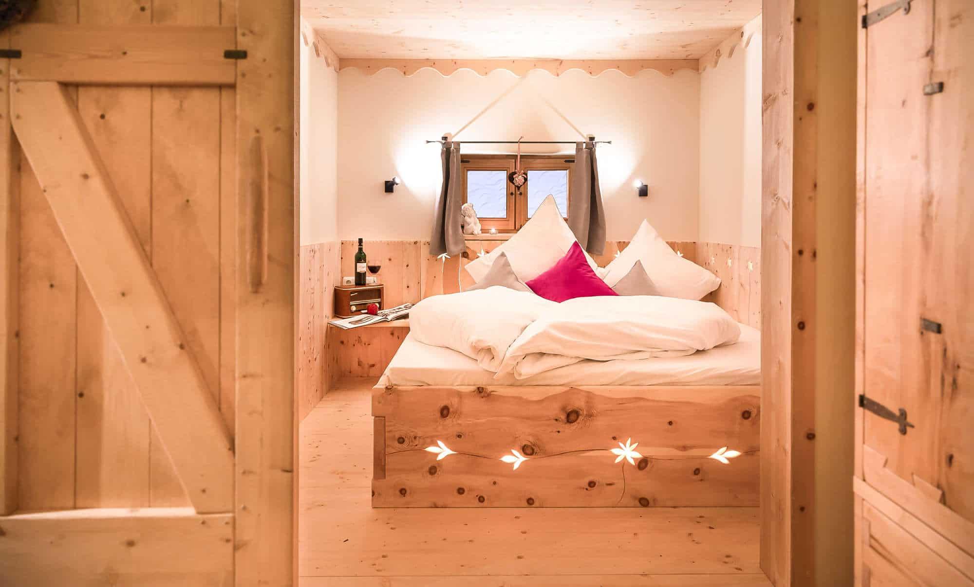 Luxus-Chalet, Zirbenschlafzimmer, Bett aus Zirbe, Zirbenbett