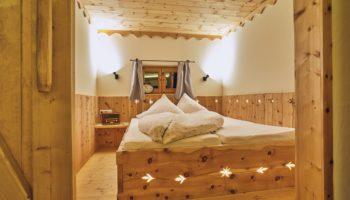 Zirbenschlafzimmer für erholsamen Schlaf